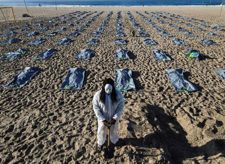 Brasil es el país de la región más afectado, con 14 millones de contagios y casi 400.000 fallecidos. En Río de Janeiro se recordó a los muertos por covid-19. Foto: EFE