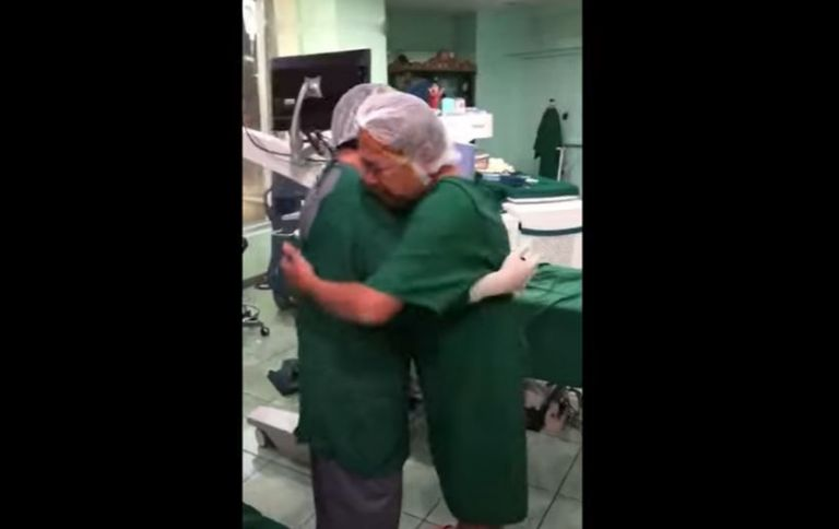 """En el video, que se ha hecho viral, el hombre agradeció al médico por ayudarlo. Entre lágrimas lo abrazó y le dio gracias por sus manos """"hechas por Dios""""."""