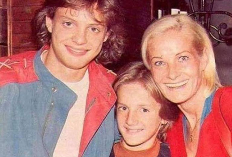 El cantante le dedicó la canción 'Hasta que me olvides' y el disco 'Aries' (1993) por completo a su madre. Foto: E! News.