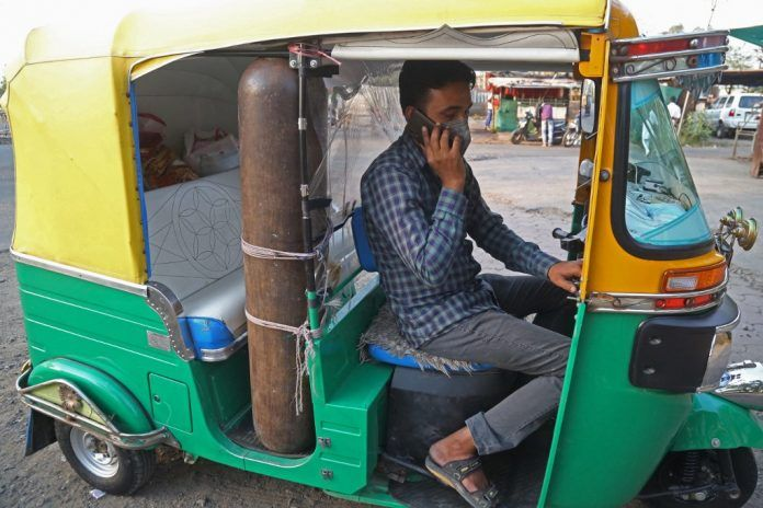 Tuk-tuk convertido en ambulancia en India. Foto: AFP