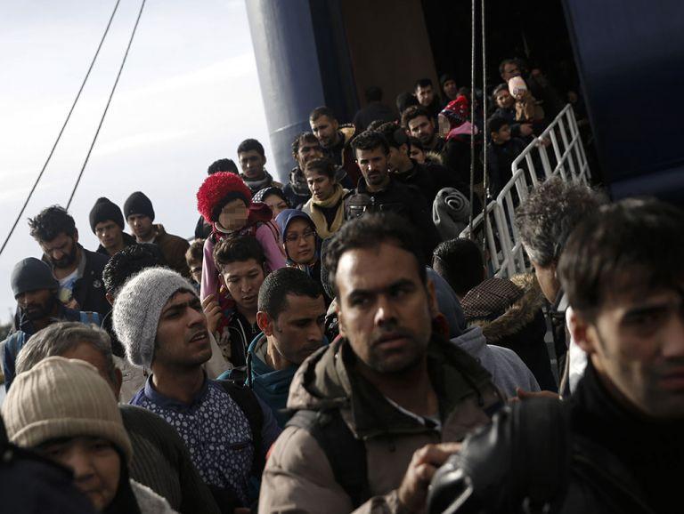 Refugiados y migrantes llegan en un ferry al puerto de El Pireo, en Grecia. Foto: Reuters