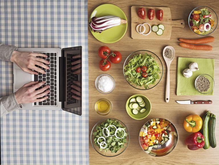 El sistema de cocina cognitiva Chef Watson analiza datos como maridaje de alimentos y propiedades nutricionales para sugerir nuevas recetas personalizadas a los gustos y necesidades de cada comensal.
