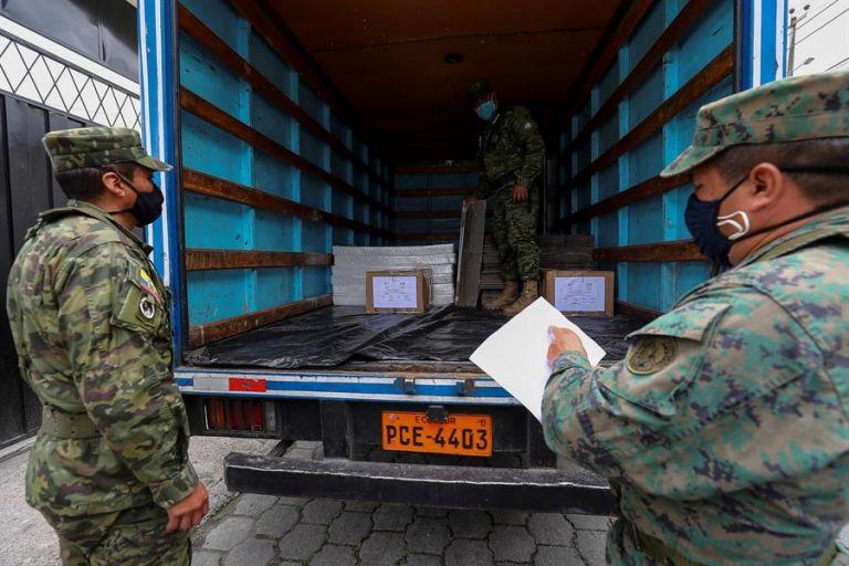 Personal militar descarga material electoral en el Colegio Gonzalo Escudero, de cara a las elecciones presidenciales del domingo entre los candidatos Andrés Arauz y Guillermo Lasso, en Quito. EFE