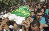 Palestinos portan los cuerpos sin vida de los militantes de Hamás Marwan Qawasmeh y Amar Abu Aisha durante su funeral hoy, martes 23 de septiembre de 2014, en Hebrón (Palestina). Foto: EFE