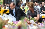 El primer ministro Tony Abbott junto a su esposa depositando flores. Foto: AFP