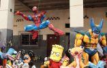 Spiderman colgado en una de las esquinas de la 6 de Marzo.