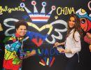 Alejandra Argudo pintando junto a Roberto Britto. Foto: Facebook / Miss Ecuador