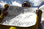 Centenares de personas piden la liberación de presos políticos. Foto: REUTERS