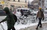 Un grupo de personas camina por las calles de Nueva York, bajo una tormenta de nieve. Fotos: REUTERS