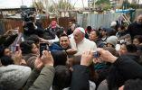Francisco rompió el protocolo y visitó un asentamiento ilegal en las afueras de Roma. En él se encontraban varios migrantes ecuatorianos.