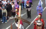 En la procesión también participan Nazarenos y soldados romanos que recrean el Vía Crucis de Jesús.
