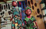 En sus artesanías incluyen el colorido vestuario que usan en sus fiestas, cuando bailan al ritmo de la bomba.