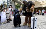 También en Tokio, un pequeño disfrazado de Darth Vader saluda a un adulto en la piel de Chewbacca. Foto: REUTERS