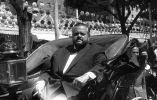 Orson Welles medía 1,82. En sus últimos días llegó a pesar 160 kilos. Murió de un infarto de corazón delante de su máquina de escribir.