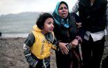 Una niña migrante afgano tiene la mano de una mujer a medida que llegan en una playa en la isla griega de Kos, el 27 de mayo de 2015. AFP PHOTO / Angelos Tzortzinis