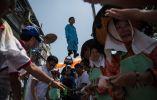 """Un niño vestido como una deidad se desfiló en una carroza durante el """" Festival del bollo """" en la isla de Cheung Chau en Hong Kong el 25 de mayo, ANTHONY WALLACE / AFP"""