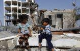 Niños palestinos juegan con una pistola de juguete el 27 de mayo de 2015, frente a los edificios que fueron destruidos durante la guerra de 50 días entre Israel y Hamas militantes en el verano de 2014. MOHAMMED ABED / AFP