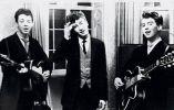 Paul McCartney, John Lennon y George Harrison en la recepción de una boda en 1958.