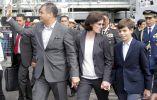 Rafael Correa, su esposo y su hijo en su llegada al parque.