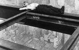 Tomando una siesta durante la construcción de un rascacielos. Años 30