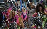 La puesta en escena de Cyrus llamó la atención por los exóticos y coloridos trajes.