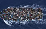 2014: migrantes cruzan el océano entre Libia e Italia. Foto: Massimo Sestini