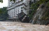 Un hotel cae en las aguas de la inundación en Nikko en la prefectura de Tochigi. Foto: AFP.