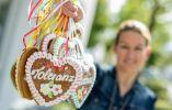 """Veronika Schumankin empleada de """"Bavariashop"""" tienda de recuerdos, presenta algunos corazones de pan de jengibre con la inscripción azúcar """" Tolerancia """". Foto: AFP"""
