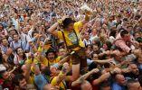 Un visitante celebra mientras bebe una de las primeras tazas de cerveza durante la ceremonia de apertura para la 180ava fiesta del Oktoberfest en Munich. Foto: REUTERS