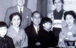 SHINZO ABE. El actual primer ministro de Japón aparece sentado en el regazo de su abuelo.