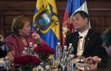 Rafael Correa escucha las palabras de Bachelet durante la reunión en Quito. Foto: REUTERS.