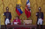 La presidenta Bachelet toma notas durante el discurso del presidente Correa. Foto: REUTERS.