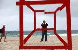 Un hombre fotografía a una instalación en la escultura anual por la exposición del mar Foto: Rick Rycroft / AP
