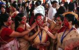Mujeres aplican Sindoor o bermellón, con la cara del otro, ya que participan en el Sindoor Puja Fotografía: Divyakant Solanki / EPA