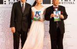 "Jacques Cluzaud co director de ""season"" con la actriz Fumino Kimura junto al comediante Shofujutei Tsurube antes del inicio de la ceremonia.  | MANCE THOMPSON"