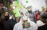 En Alemania una mujer usa una máscara de gas mientras participaba en una manifestación organizada por las ONG ambientales. AFP