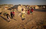 Niña refugiada siria (10) Zubaida Faisal, salta una cuerda mientras ella y otros niños juegan cerca de las tiendas de campaña en un asentamiento informal cerca de la frontera con Siria, en las afueras de Mafraq, Jordania. 19 de julio, 2015. Foto: Muhammed Muheisen