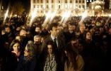 Gente se reune fuera de la catedral de Notre Dame durante la ceremonia en memoria de las víctimas de los atentados terroristas en París, Francia. 15 de noviembre, 2015. Jerome Sessini—Magnum