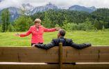 La canciller alemana, Angela Merkel, habla con el presidente de Estados Unidos Barack Obama en Schloss Elmau hotel cerca de Garmisch-Partenkirchen, al sur de Alemania, durante la cumbre del G-7. 8 de junio, 2015. Foto: Michael Kappeler