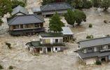 Los residentes esperan a los helicópteros de rescate en una zona residencial inundada como el río Kinugawa rompió sus bancos, causados por el tifón Etau, Japón. Foto: REUTERS