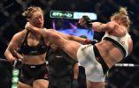 Holly Holm -EE.UU.  (en la foto derecha) da una patada en el cuello para noquear a su compatriota Ronda Rousey y ganar el Fighting Championship ( UFC ) pelea por el título de Ultimate en Melbourne, Australia. Foto: AFP