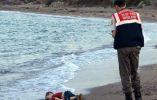 Un oficial de la policía paramilitar investiga la escena antes de llevar el cuerpo sin vida de Alan Kurdi (3). Esto después de que el bote en el que viajaban migrantes a la isla griega de Kos se volcara cerca de la localidad turca de Bodrum. Septiembre 2, 2015. REUTERS