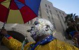 Los participantes del desfile salen siempre con las caras pintadas y con coloridos disfraces que llaman mucho la atención.