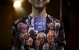 Un voluntario al candidato presidencial demócrata EE.UU. acto de campaña Bernie Sanders lleva una camisa decorada imagen de Sanders en Fort Dodge, Iowa, con el 19 de enero, el 2016. REUTERS