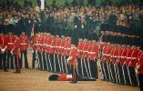 Soldados firmes tras desmayarse uno de ellos, Londres, 1966
