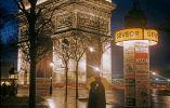Pareja abrazándose junto al Arco del Triunfo en París, 1960
