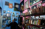 Un hombre posa en La Habana luego de la muerte de Castro.