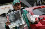 Un vendedor muestra la portada de un diario mexicano que expone la muerte de Fidel.