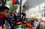 Un grupo de personas en Chile fuera de la embajada cubana en ese país, dejan objetos para recordar al fallecido.