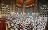 """MEZQUITA ISTIQLAL - En el momento de su construcción a finales del siglo 20, Istiqlal de Yakarta fue considerada de vanguardia para su minarete y la cúpula, considerada """"demasiado Árabe"""" para la población musulmana local. Tradicionalmente, las Mezquitas de Java incluyen un estilo en capas de triple techo."""